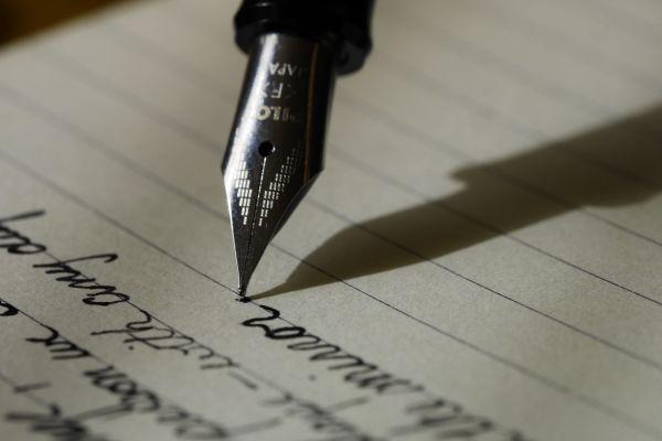 Reservoarpenna skriver på papper