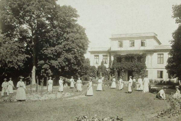 Agdatorp och elever vid trädgårdsskolan ur Per-Gunnar Perssons arkiv